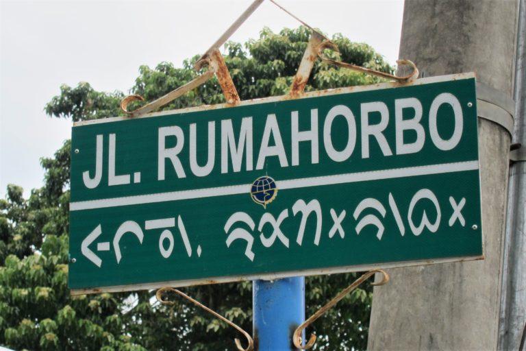 Batak street sign in both Latin and Batak (horizontal) scripts.